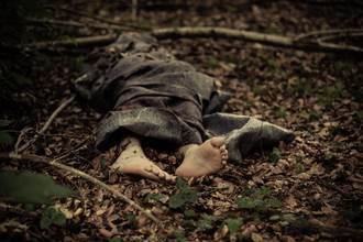 爬山驚遇樹幹緊壓腐爛腳趾 網見照片全嚇歪