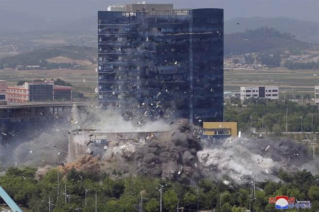 北韓16日炸毀位於開城工業區的兩韓聯絡辦公室大樓後,隨後對外公布該大樓遭炸毀的照片,證實這棟多為南韓出資的建築物已遭夷為平地。(美聯社)