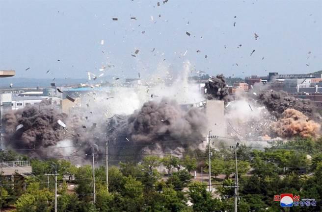北韓16日炸毀位於開城工業區的兩韓聯絡辦公室大樓後,隨後對外公布該大樓遭炸毀的照片,證實這棟多為南韓出資的建築物已遭夷為平地。(路透社)