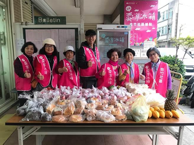 新竹市政府2017年起開辦「社區愛享冰箱」社區福利活動,3年來共計分享了超過57噸食物,服務超過23萬4160人次。(陳育賢攝)