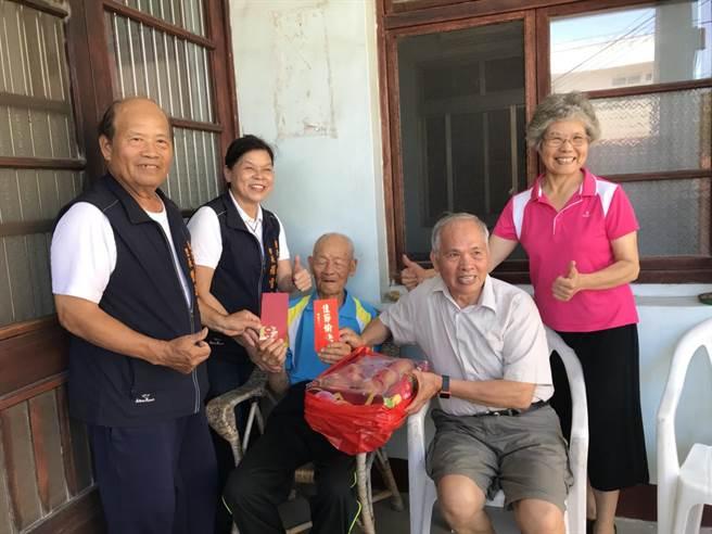 頭份市長羅雪珠〔左二〕17日上午致贈端節敬老禮金給市內百歲人瑞。〔頭份市公所提供/謝明俊苗栗傳真〕