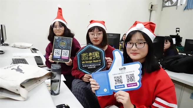 瓩設計獎於東華大學舉辦校園競賽說明會,當日適逢聖誕節,學生們運用巧思搭配聖誕帽並留影合照。(Campus編輯室攝影)