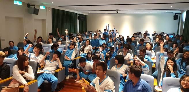 能仁家商同學們在瓩設計獎校園競賽說明會中,踴躍投入有獎問答的活動環節。(Campus編輯室攝影)