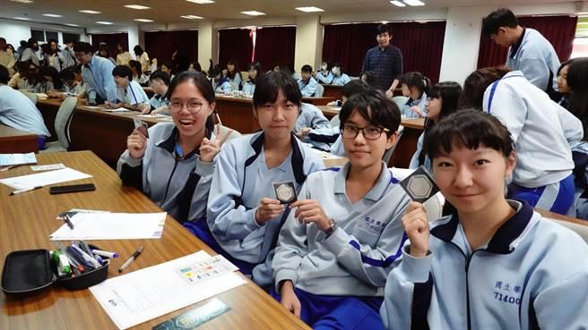 華南高商學生們拿著本屆特別設計的文創書籤合影留念。(Campus編輯室攝影)