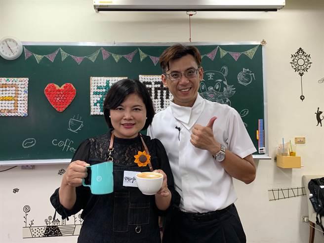 雲林縣長張麗善在「咖啡王子」戴圳明老師的講解下,於短時間內體驗拉花就成功!(Campus編輯室拍攝)