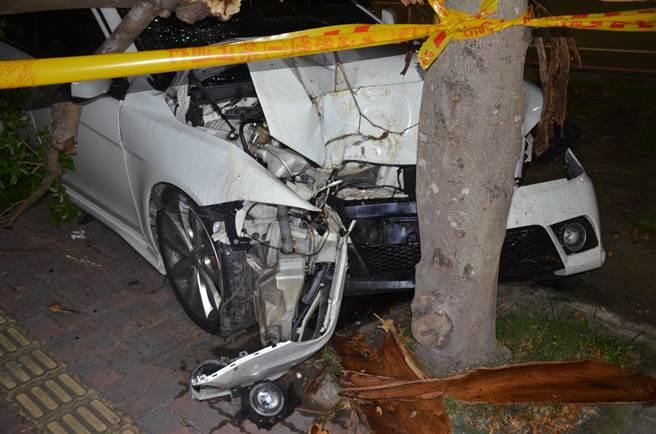 台南市安平區觀夕平台16日凌晨發生槍擊案,遭開槍的蔡男駕車逃逸,卻因心慌撞上路邊菜園,車頭全毀。(讀者提供/程炳璋台南傳真)