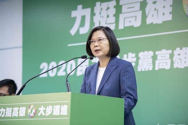 總統蔡英文期許行政院副院長陳其邁,贏下高雄市長補選。(圖/民進黨提供)