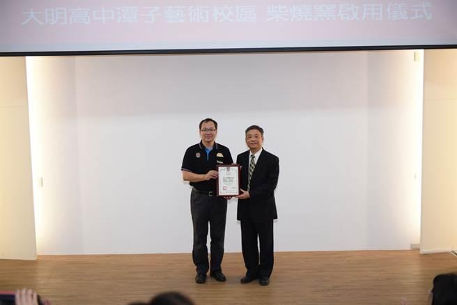 大明高中校長吳原榮(左)贈狀感謝元培校長林志城(右)。(元培醫事科大提供)