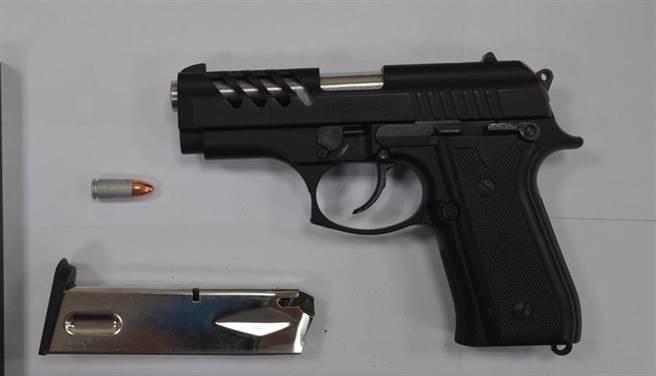陳姓男子向警方交出作案手槍。(讀者提供/程炳璋台南傳真)