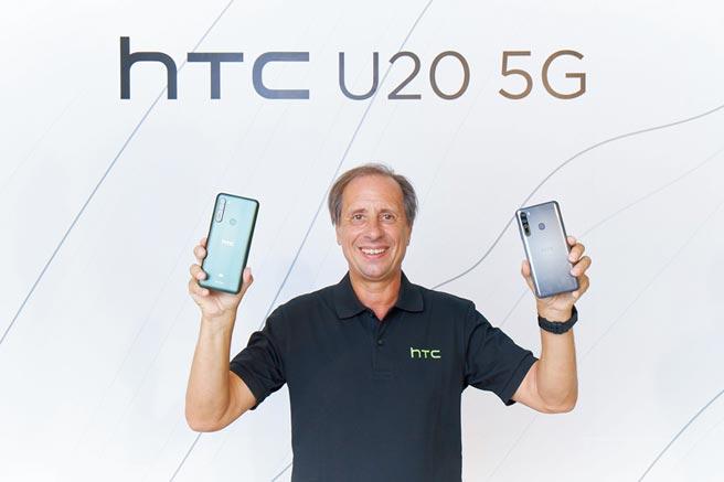 宏達電執行長Yves Maitre手持首款5G手機U20 5G亮相。圖/宏達電提供