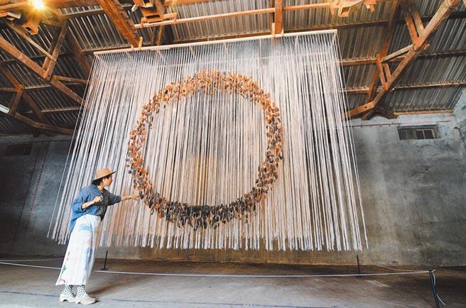 藝術家葉海地在池上農會閒置穀倉裡,打造的裝置藝術《溯土》,呈現出多層次的圓形空間。(莊哲權攝)