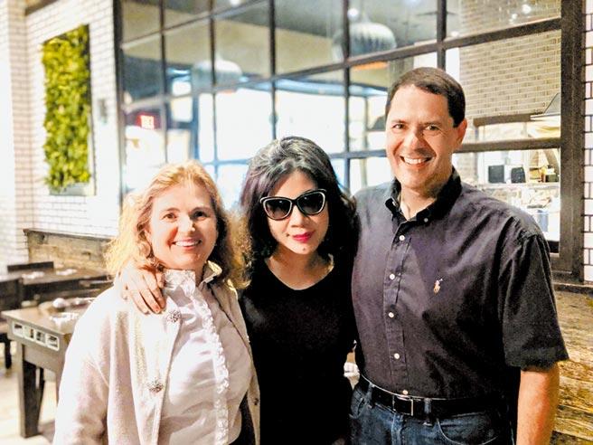我與好友麻省理工學院人工智慧中心主任Daniela Rus及她的丈夫,共進麻辣火鍋。她的先生曾經獲得麻州吃辣椒冠軍。