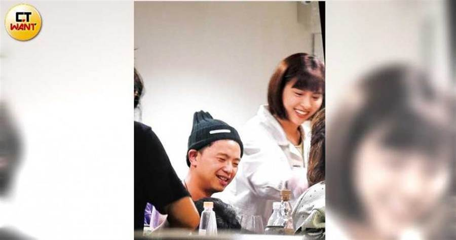 3月底本刊曾捕捉到小鬼與峮峮一同到李易的工作室聚餐,兩人有說有笑非常開心。(圖/本刊攝影組)