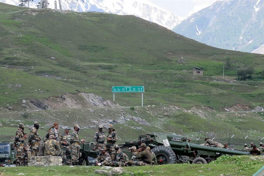 印度部隊6月16日準備前往拉達克(Ladakh)途中,在巴塔爾(Baltal)附近暫時紮營休息的畫面。(路透)