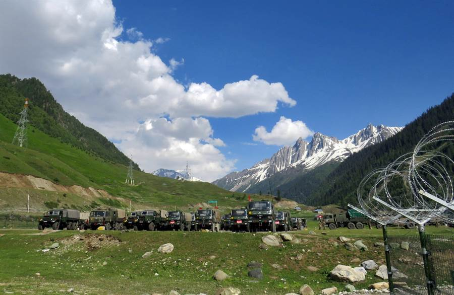 印度部隊6月16日準備前往拉達克(Ladakh)途中,在巴塔爾(Baltal)附近暫時休息的畫面。(路透)