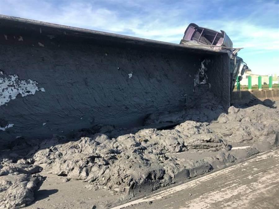台61線觀音段砂石車翻覆土石布滿南下車道無法通行。(警方提供/呂筱蟬桃園傳真)