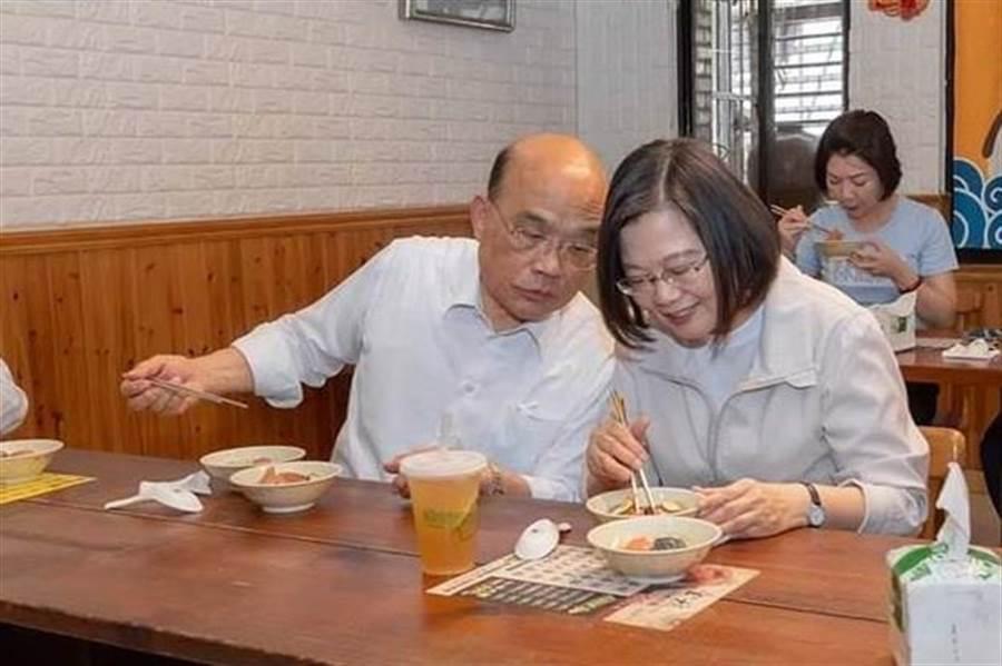 蔡英文、蘇貞昌同遊九份。(圖/摘自蔡英文臉書)