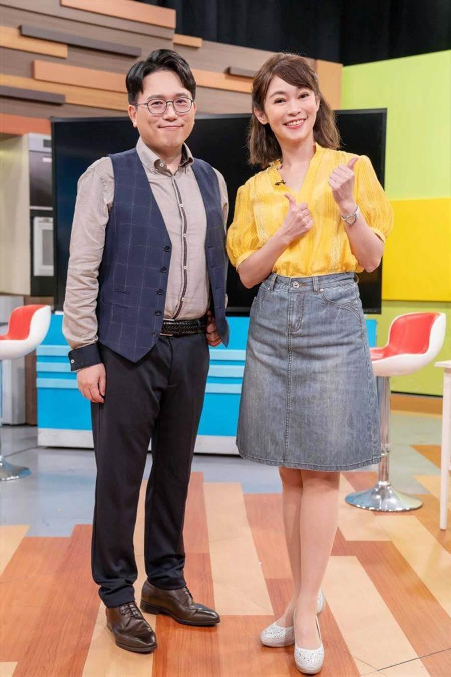 鄭凱云(右)及江坤俊努力培養主持好默契。(TVBS提供)