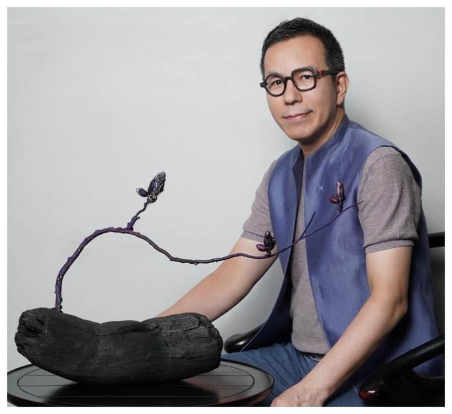 台灣珠寶設計師陳智權AKACHEN與榮獲V&A博物館購藏的珠寶作品《木蘭》。(AKACHEN提供)