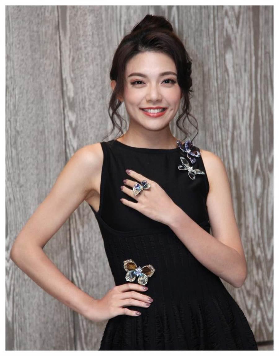 模特兒展示AKACHEN《蝴蝶》系列胸針和雞尾酒戒。(AKACHEN提供)