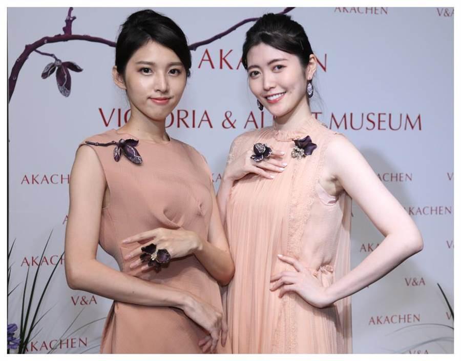 模特兒展示AKACHEN《木蘭》系列胸針和雞尾酒戒,漸層色調的鈦金屬鑲嵌寶石,靈動唯美。(AKACHEN提供)