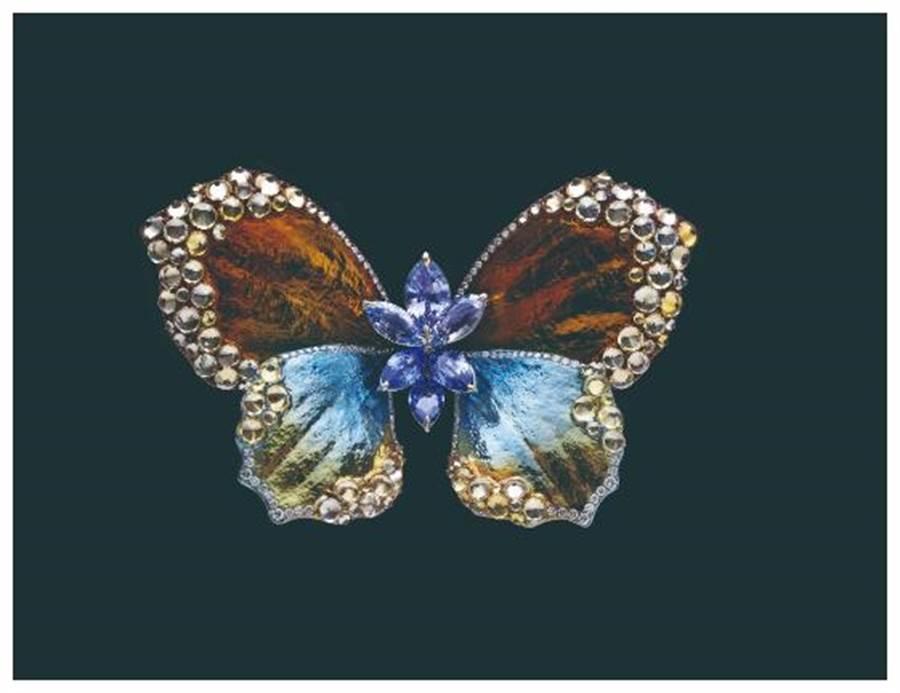 AKACHEN珠寶作品《蝴蝶》胸針,以漸層色調的鈦金屬鑲嵌藍寶、寶與白鑽。(AKACHEN提供)