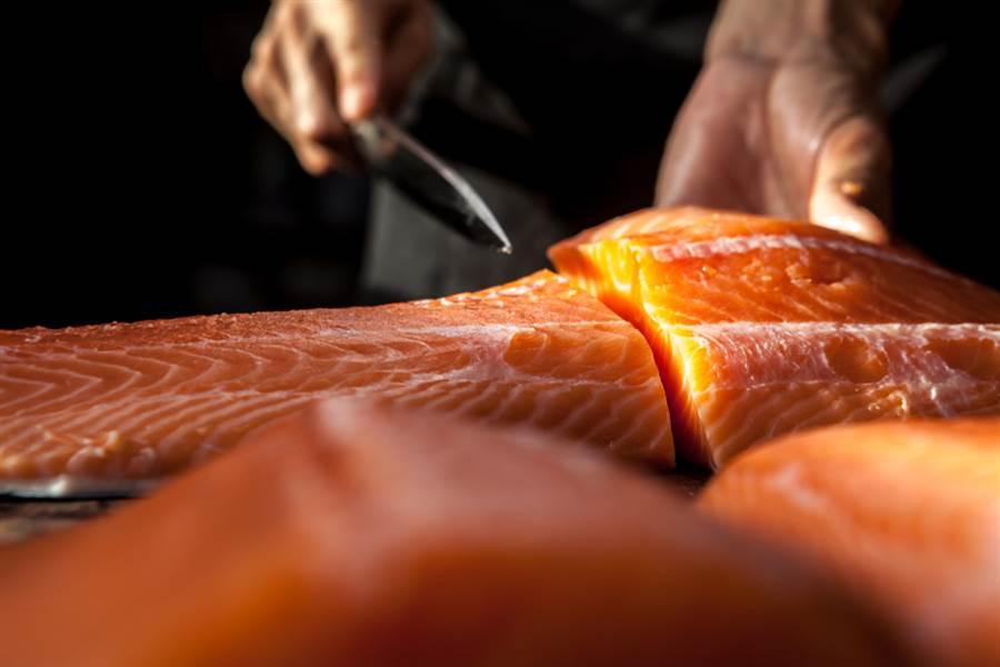 大陸官方證實,鮭魚並非引爆北京新冠肺炎疫情的禍首,新發地市場計有40多處驗出病毒。(示意圖/Shutterstock)