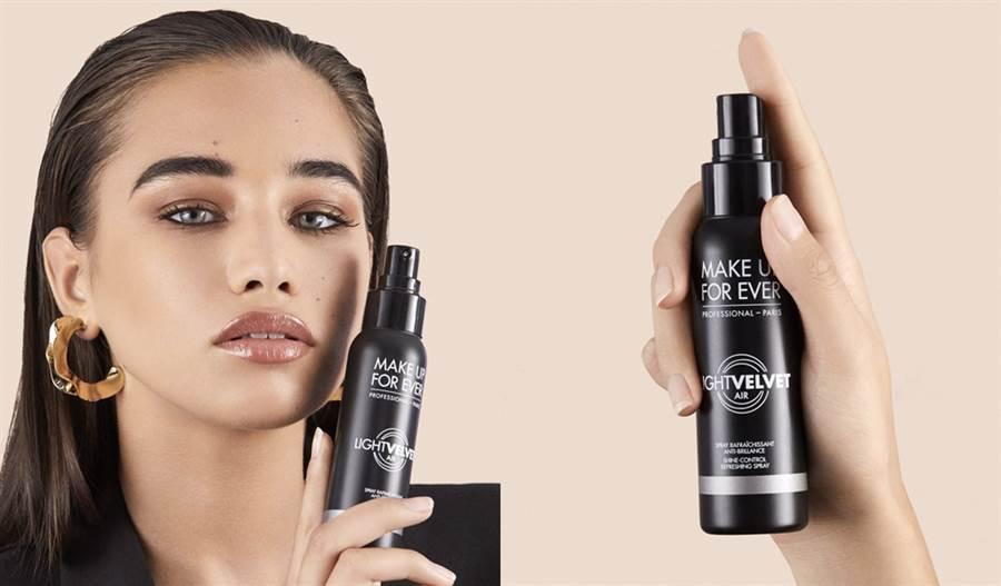 「黑特霧」可快速吸附多餘油脂,打造清爽輕盈霧感妝效,一瓶攜帶輕噴定妝方便又快速,添加蘆薈葉汁成分保濕不乾肌。(圖/品牌提供)