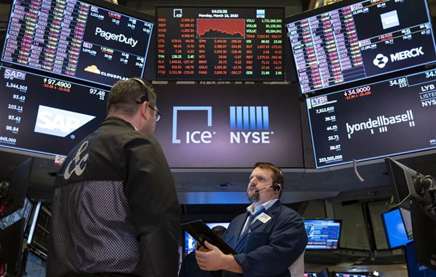 美股散戶擊敗專家!買這8檔暴跌股 賺贏S&P指數20%。(美聯社資料照)