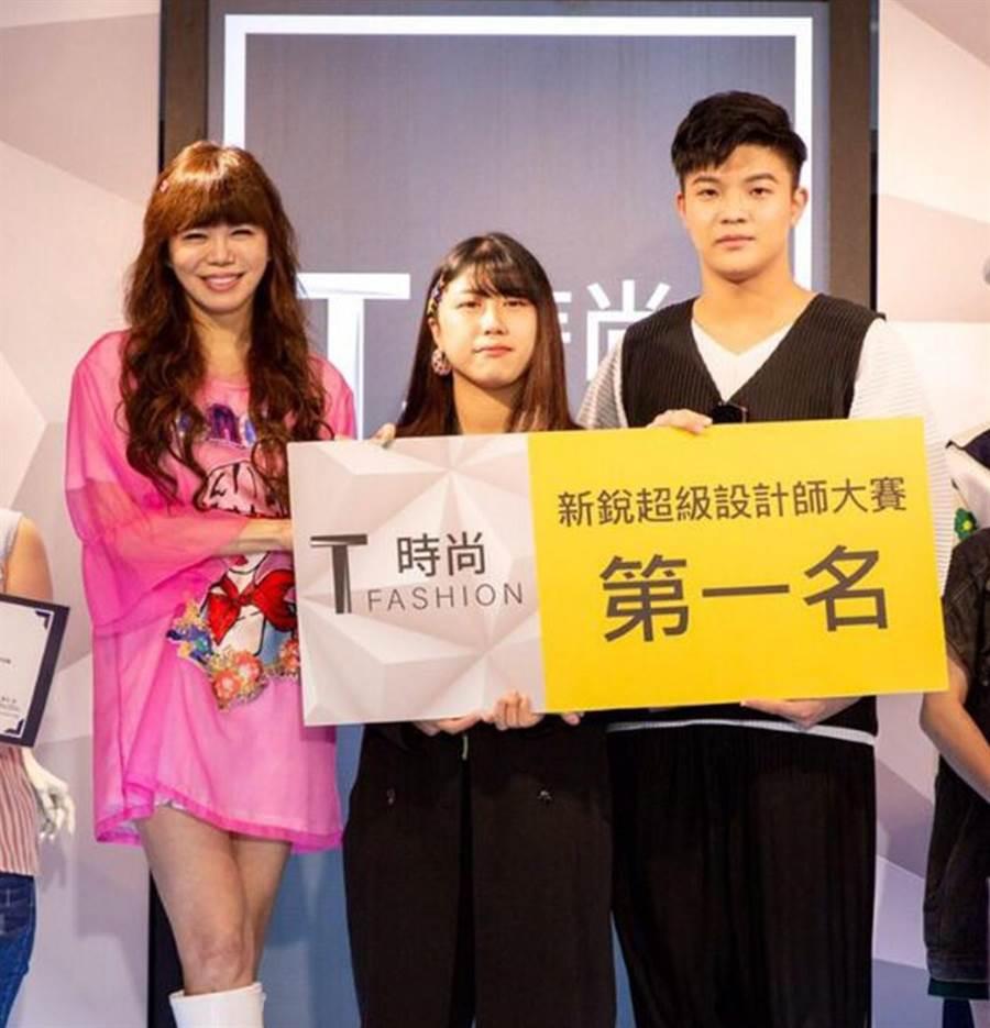 樹德科技大學流行設計系學生奪得《T時尚 T FASHION》「新銳超級設計師大賽」項目冠軍。(林瑞益攝)