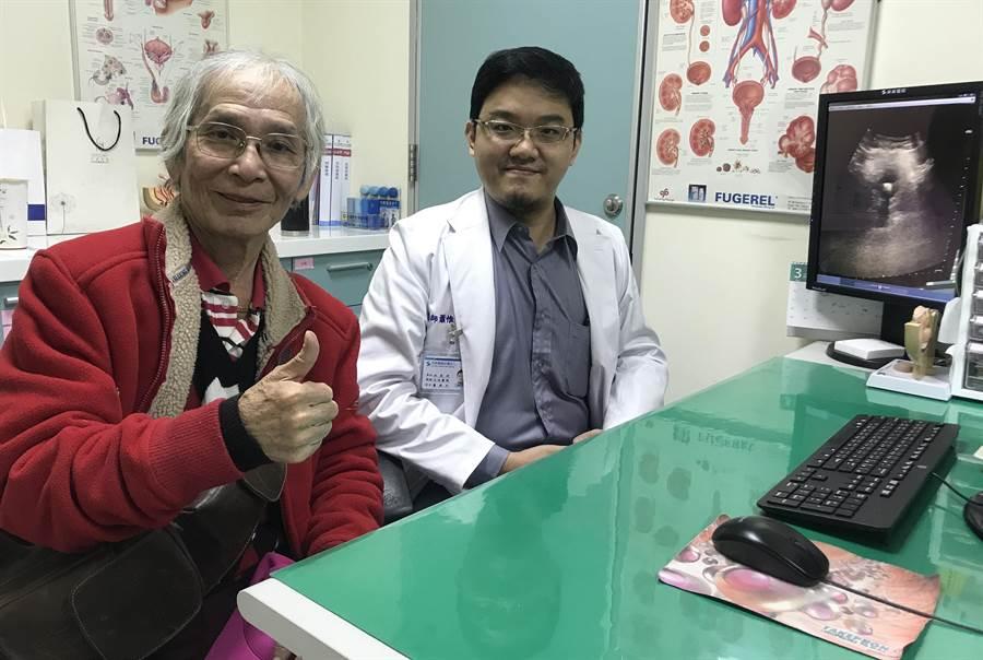 69歲的李伯伯,一天排尿20多次,就醫後才知是尿路結石,經蕭惟中醫師以膀胱鏡碎石治癒。(烏日林新醫院提供/黃國峰台中傳真)