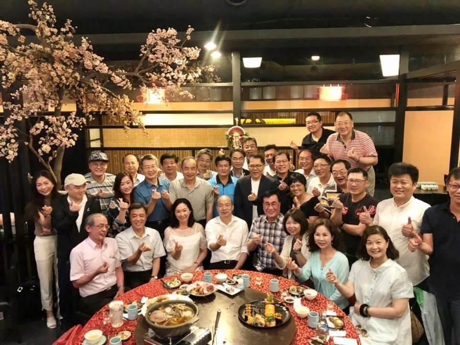 韓國瑜和團隊一起慶生。(取自王淺秋臉書)