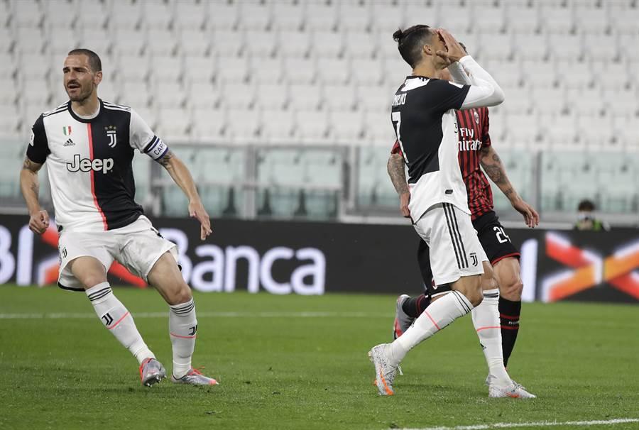 C羅(右)在義大利盃4強第2回合對AC米蘭罰丟12碼球,懊惱掩面。(美聯社)
