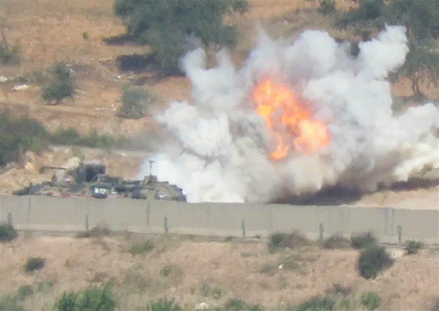 俄羅斯BTR-82A裝甲車遭簡易炸彈攻擊。(圖/twitter)