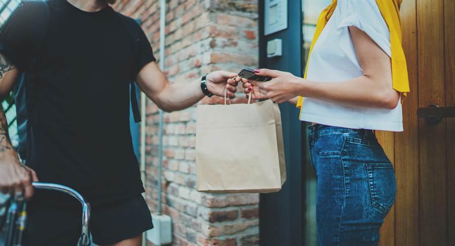 女大生付錢時竟直接「凌空灑錢」,讓錢散落一地。差勁的行為馬上引起公憤(示意圖/Shutterstock)