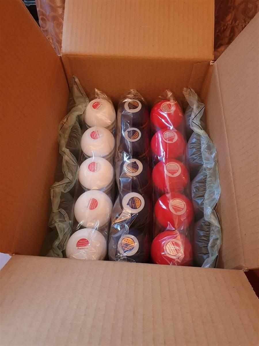 部落客布萊N分享自己收到的公關品飛機杯一箱。(摘自臉書《布萊N 機票達人》)