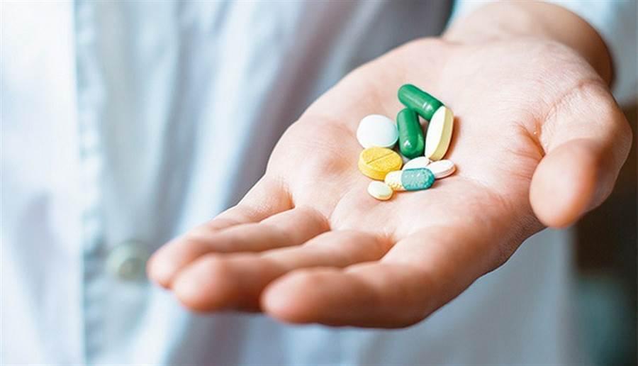 (治療肺炎以抗生素為主,而且應遵照醫囑吃完整個療程,徹底清除細菌,不可擅自停藥,以免產生抗藥性。圖片來源:康健雜誌)