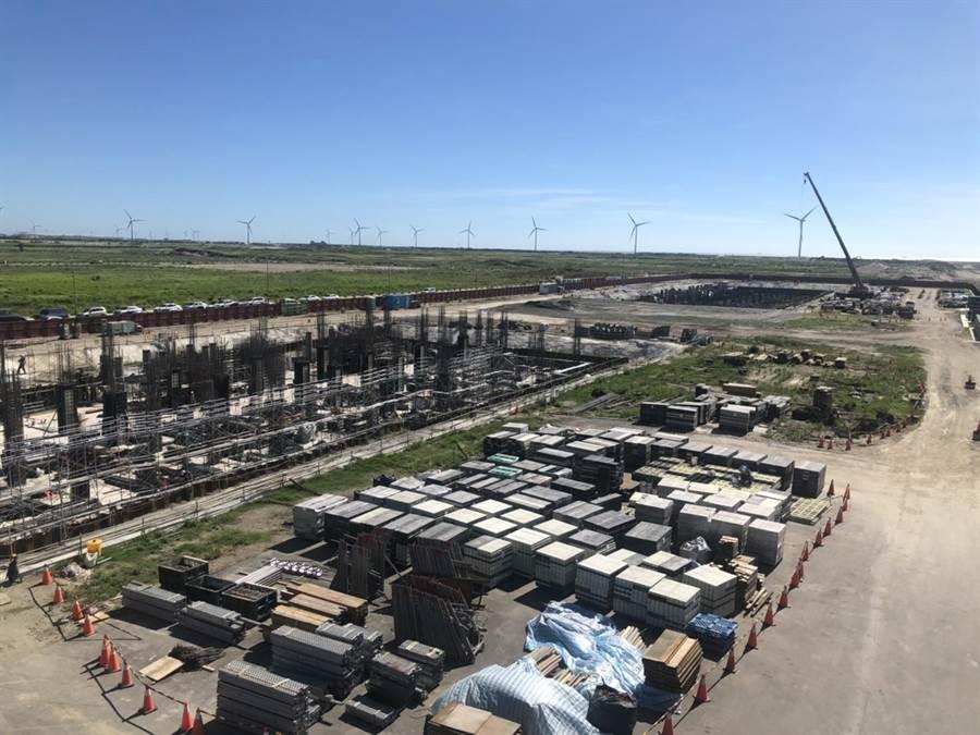 沃旭位在大彰化風場的2座陸上變電站,已看到地基與地下室工程雛形,年底可把建物蓋好。(圖:王玉樹攝)