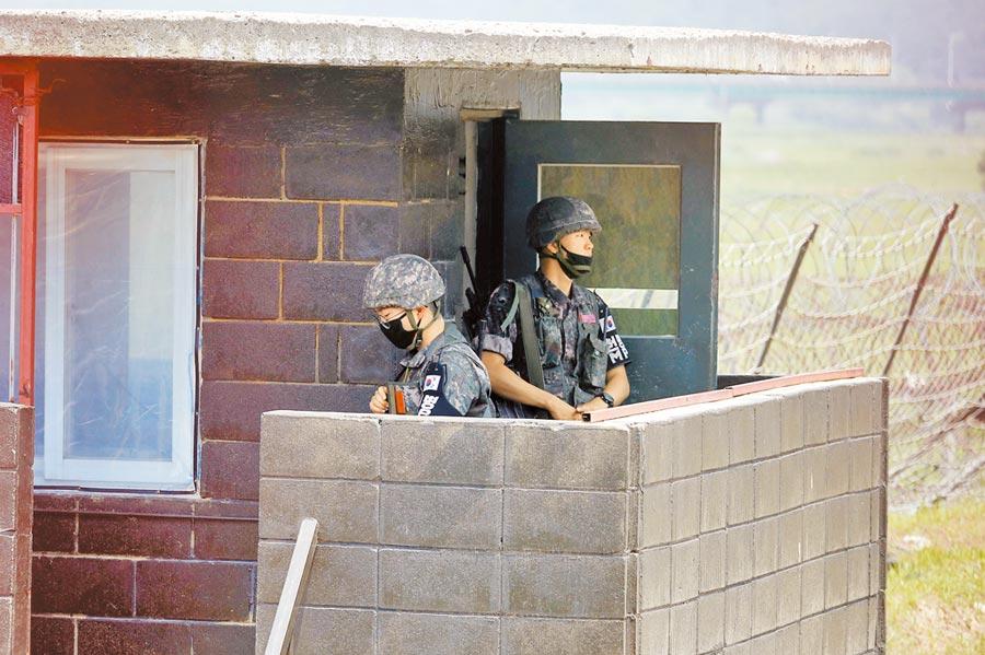 北韓炸毀朝韓聯絡辦公室後,南韓駐守在邊界附近的軍隊加強戒備。(路透)
