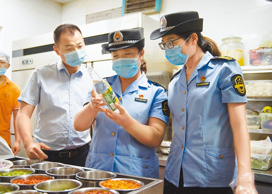 北京再度傳出新冠肺炎疫情,豐台區市場監督管理局工作人員16日在一家餐廳內檢查後廚的食品安全。(新華社)