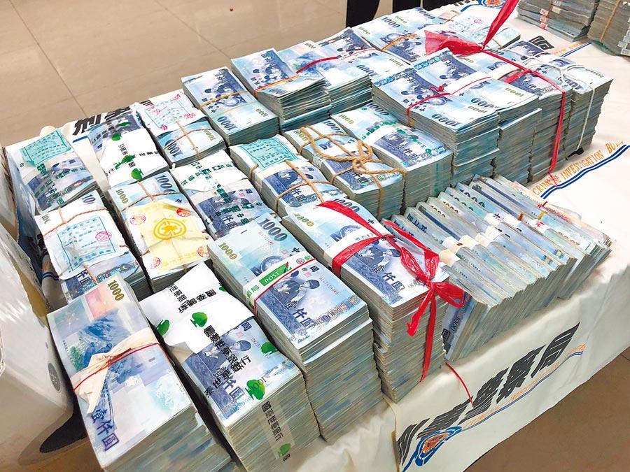 警方查扣到現金8000萬元、帳冊、藥單、太空梭模型、小尊神明、仙女班法則等贓證物。(林郁平攝)