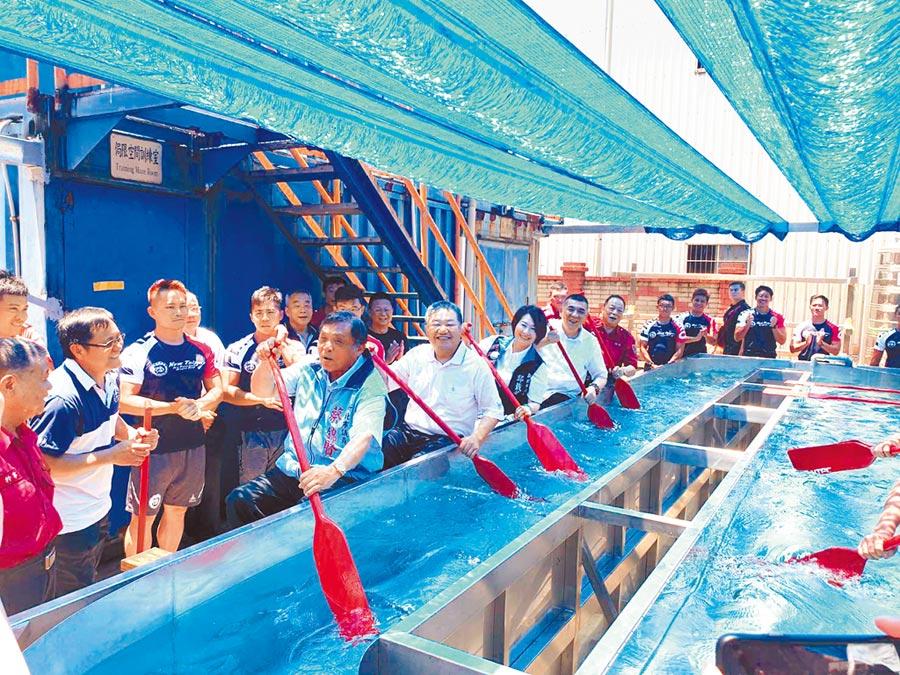 蔣根煌(左二划槳者)等人也親自體驗船艇划槳,直呼「救災弟兄真專業」。 (戴上容攝)