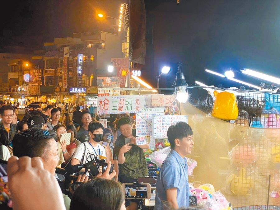 林志穎15日晚單獨現身墾丁大街逛夜市,玩射擊氣球與彈珠台,還與民眾聊育兒經。 (讀者提供)