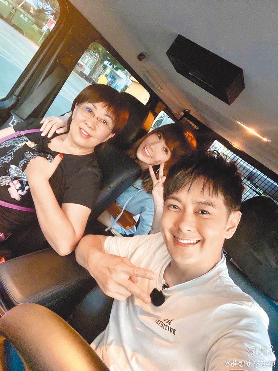 林志穎(右起)與老婆陳若儀、媽媽林金花一起錄《婆婆和媽媽》。(摘自微博)