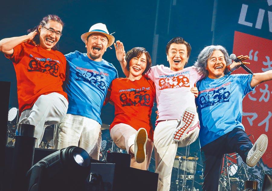 野澤秀行(左起)、關口和之、原由子、桑田佳祐、松田弘與樂迷相約25日線上直播演唱會見。(雅慕斯娛樂提供)