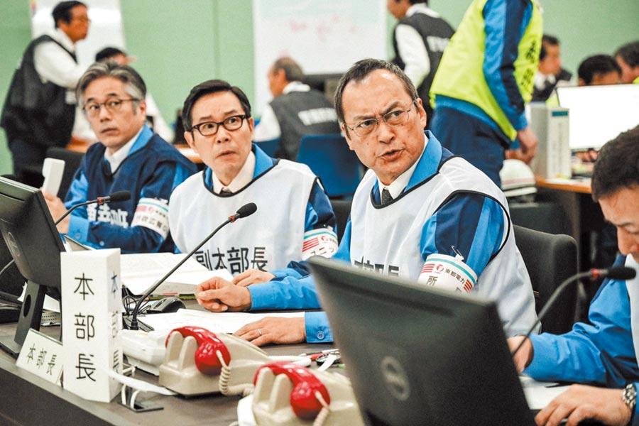 渡邊謙(右)飾演核電廠廠長,在片中的激昂發言激發同仁的使命感。(双喜電影提供)