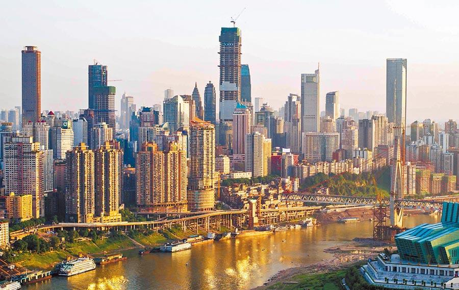 2013年7月18日,建設中的重慶環球金融中心(中),成為日後重慶地標性建築。(新華社)