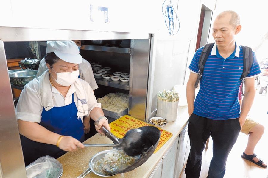 南寧市一家老牌粉店,顧客等待老友粉出鍋。(蘇華攝)