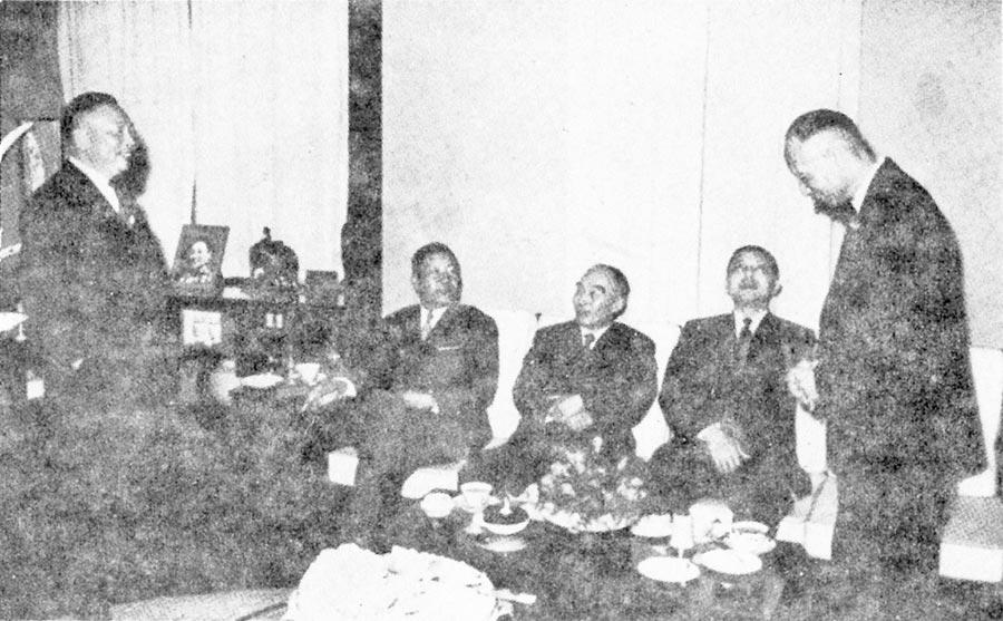 民國48年,胡將軍與至友董杰、袁守謙、蔣經國、彭孟緝歡談。(台灣商務提供)