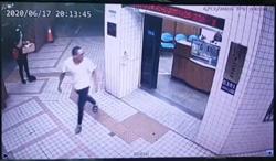 只因討厭警察  男拿安全帽怒砸派出所大門遭警掏槍壓制